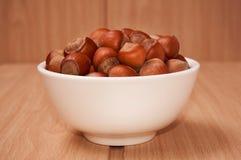 在一个碗的坚果在木背景,布朗坚果 螺母 边竞争 库存图片