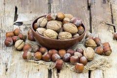 在一个碗的坚果在木背景 免版税库存照片