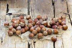 在一个碗的坚果在木背景 免版税库存图片
