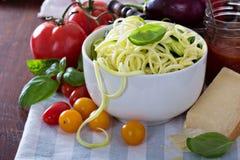在一个碗的夏南瓜面条有新鲜蔬菜的 库存照片