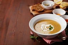 在一个碗的扁豆奶油色汤用香料姜黄、辣椒粉和大蒜 图库摄影