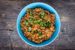 在一个碗的扁豆炖煮的食物用荷兰芹 库存照片