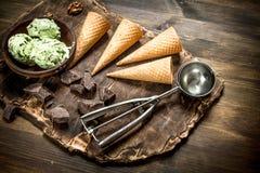 在一个碗的新鲜的开心果冰淇凌有奶蛋烘饼杯子的 免版税图库摄影