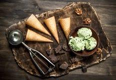 在一个碗的新鲜的开心果冰淇凌有奶蛋烘饼杯子的 免版税库存照片