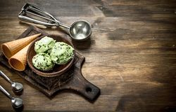在一个碗的新鲜的开心果冰淇凌有奶蛋烘饼杯子的 免版税库存图片