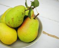 在一个碗的新鲜的有机梨在葡萄酒木背景 从家庭菜园的秋天收获 库存照片