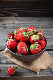 在一个碗的新鲜的草莓在木背景 库存图片