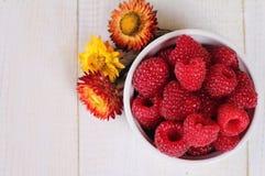 在一个碗的新鲜的莓在白色木背景 饮食食物,健康生活方式概念 图库摄影