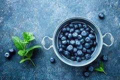 在一个碗的新鲜的蓝莓在黑暗的背景,顶视图 水多的野生森林莓果,越桔 库存图片