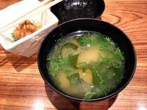 在一个碗的日本大酱汤在餐馆桌上 免版税库存照片