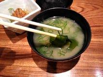 在一个碗的日本大酱汤在餐馆桌上 库存图片