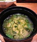 在一个碗的日本大酱汤在餐馆桌上 免版税库存图片