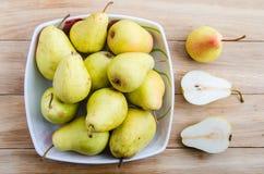 在一个碗的梨在木背景 库存图片