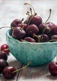 在一个碗的樱桃有水下落的 库存图片