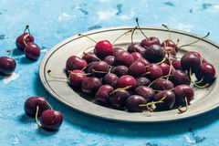 在一个碗的樱桃有水下落的 免版税库存图片