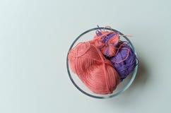 在一个碗的毛线在右边 免版税库存图片