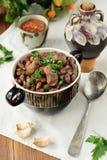 在一个碗的煮熟的豆类肉在一张老木桌上 全国盘亚洲,欧洲,美国 库存图片