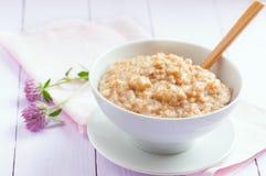 在一个碗的燕麦粥在桌上,选择聚焦 免版税库存图片