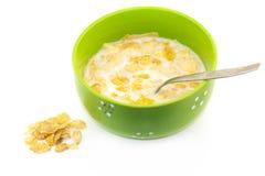 在一个碗的玉米片谷物有在白色背景的匙子的, quic 免版税库存照片