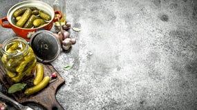 在一个碗的用卤汁泡的黄瓜用香料和草本 免版税图库摄影