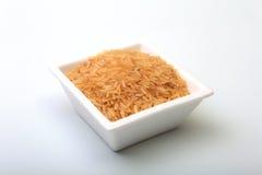 在一个碗的米在一个空白背景 为烹调准备 库存照片