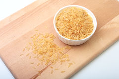 在一个碗的米在木背景 为烹调准备 免版税图库摄影