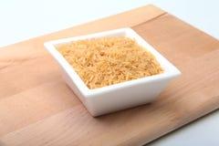 在一个碗的米在木背景 为烹调准备 免版税库存图片