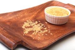 在一个碗的米在木背景 为烹调准备 库存照片