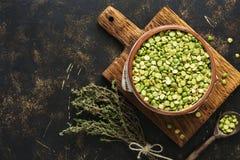 在一个碗的绿色分裂豌豆有干麝香草,黑暗的背景花束的  顶视图 免版税库存图片