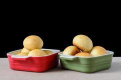 在一个碗的自创小圆面包在黑背景 库存图片