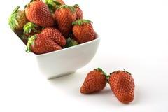 在一个碗的草莓在白色背景 库存图片