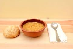 在一个碗的蔬菜汤有有壳的小圆面包的 库存图片