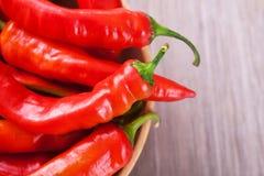 在一个碗的辣椒在桌上 库存照片