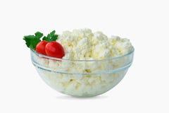 在一个碗的酸奶干酪在白色 免版税库存图片