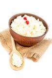 在一个碗的酸奶干酪有在白色的一把木匙子的 库存图片