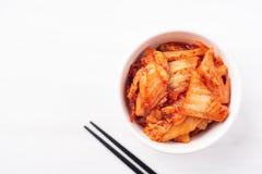 在一个碗的韩国泡菜圆白菜有筷子的 免版税库存图片