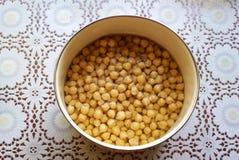 在一个碗的鸡豆在桌上 免版税库存照片
