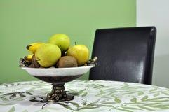 在一个碗的水多的果子在桌上 免版税库存图片