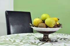 在一个碗的水多的果子在桌上 库存图片