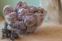 在一个碗的紫罗兰色蛋白软糖用淡紫色开花 免版税图库摄影