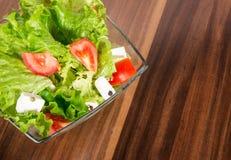 在一个碗的绿色salat在书桌上 库存图片