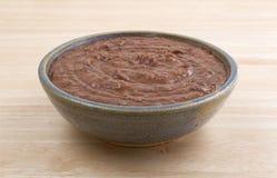 在一个碗的黑豆垂度在木桌上 免版税库存照片