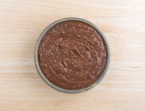 在一个碗的黑豆垂度在木桌上 库存照片
