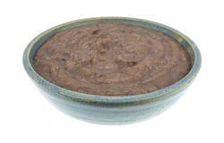 在一个碗的黑豆垂度在白色背景 免版税图库摄影
