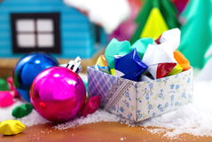 在一个礼物盒和圣诞节球的纸星在雪 库存图片