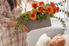 在一个礼物盒的香水月季在女性手上 睡衣的女孩 家庭舒适 古色古香的企业咖啡合同杯子塑造了新鲜的早晨好老笔场面打字机 文本或明信片的自由空间 库存照片