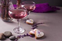 在一个神奇晚上设置的一份不可思议的淡紫色饮料 精神概念,拷贝空间 免版税库存照片