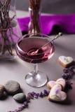在一个神奇晚上设置的一份不可思议的淡紫色饮料 精神饮料概念,魔术接近  免版税库存照片