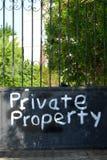 在一个禁止的门的私有财产通知,警告文本 库存照片