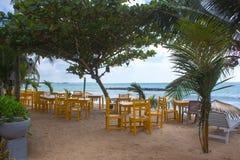 在一个离开的海滩的椅子 假日和假期概念 免版税库存图片